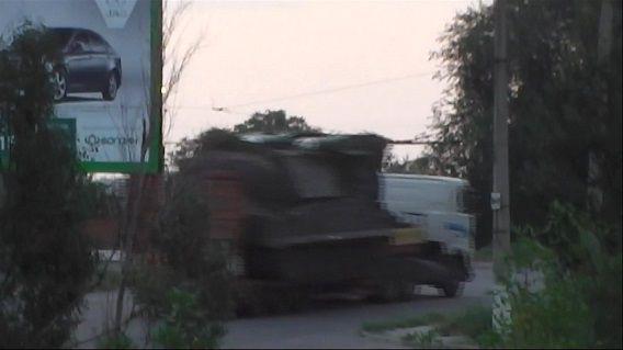 Screenshot uit video van Oekraïens ministerie van Binnenlandse Zaken waarin te zien lijkt dat een boek-raketsysteem wordt vervoerd. De beelden zouden vrijdag zijn gemaakt door een surveillanceteam van de politie bij de stad Krasnodon, nabij de Russische grens. Volgens het ministerie was dit het systeem waarmee rebellen vlucht MH17 uit de lucht schoten.