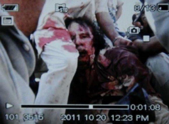 Het onomstotelijke bewijs van de dood van Gaddafi. Een nare foto, maar wel een die het nieuws weergeeft.