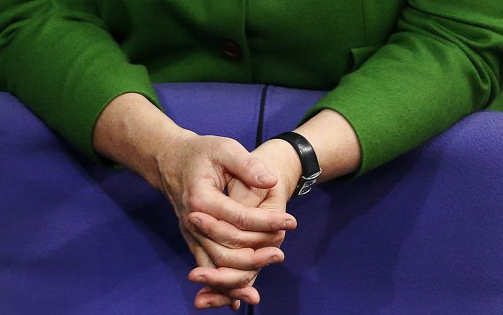 De handen van de Duitse bondskanselier Angela Merkel tijdens het debat in het parlement vandaag.