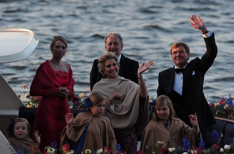 Burgemeester Van der Laan en zijn vrouw samen met het nieuwe koninklijke paar en hun kinderen tijdens de Koningsvaart.