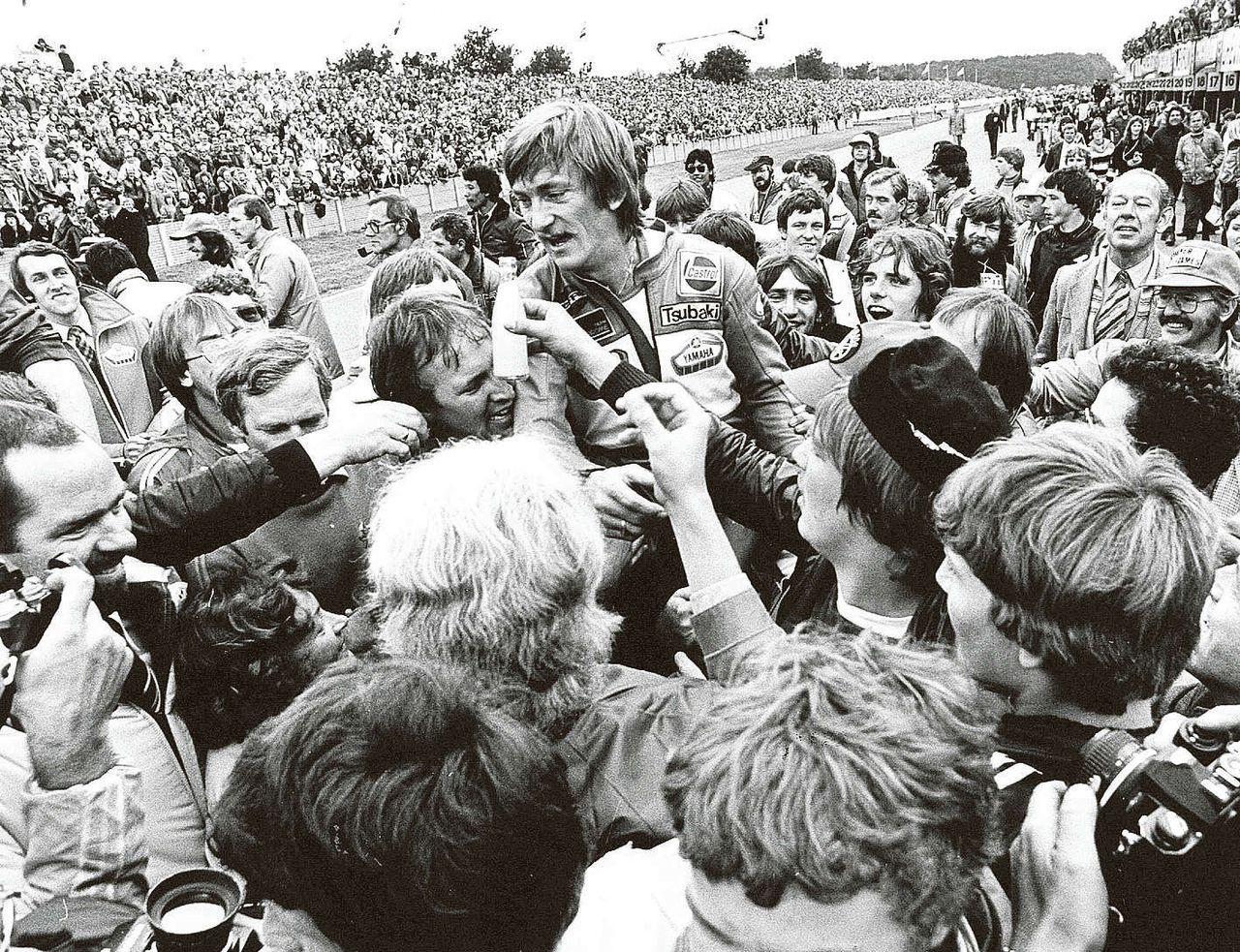 Jack Middelburg gaat op de schouders van zijn fans nadat hij in 1980 de TT van Assen heeft gewonnen.