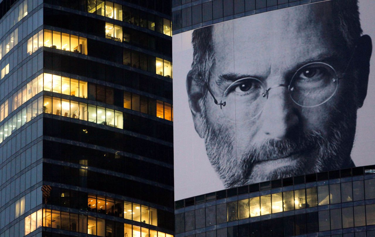 A portrait of Apple co-founder and former CEO Steve Jobs is placed on the Federation Tower skyscraper in Moscow's new business district, October 19 2011. REUTERS/Denis Sinyakov (RUSSIA - Tags: OBITUARY SCIENCE TECHNOLOGY BUSINESS)