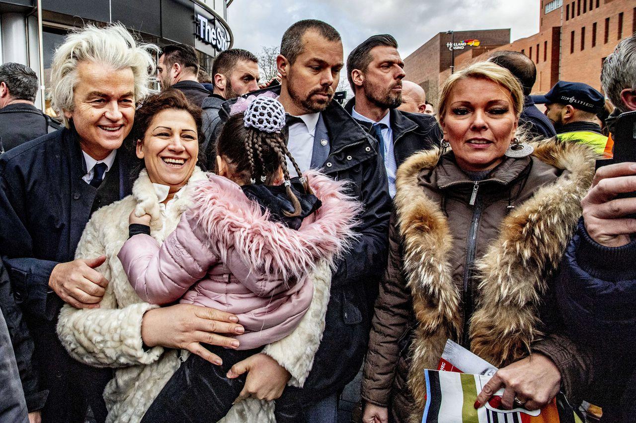 PVV-leider Geert Wilders deelt flyers uit in Enschede, in aanloop naar de Provinciale Statenverkiezingen. Foto Robin Utrecht/ANP
