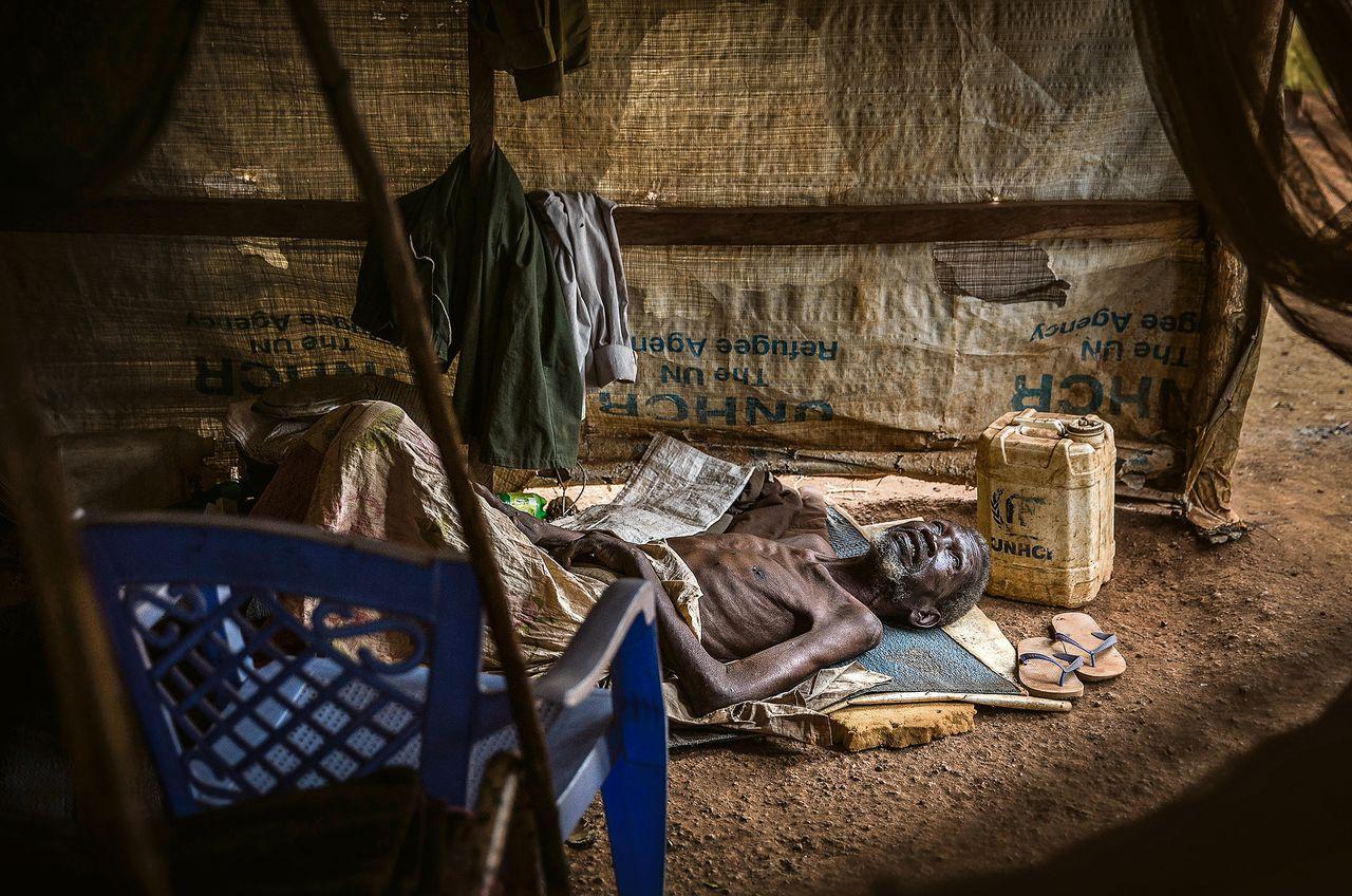 """Angelo Sigin (85): """"Ik ben mijn dorp Beselia ontvlucht en in het opvangkamp in Wau terechtgekomen. Elke dag voel ik me zieker."""