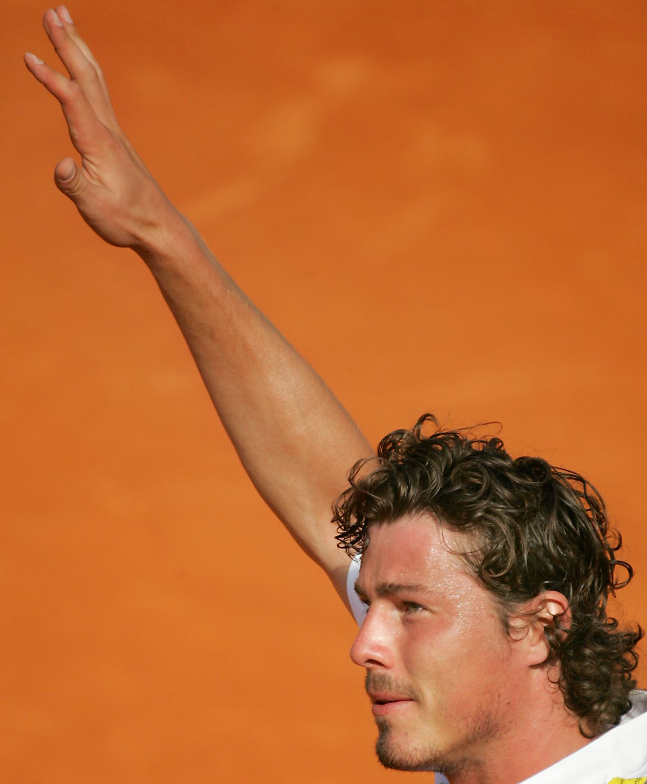 Marat Safin: 'Ik zou nooit met Federer willen ruilen. Zijn spel zit dicht tegen perfectie aan. Maar perfectie is ook saai.' Foto AFP Marat Safin of Russia waves to the public at the end of the third round match of the tennis French Open at Roland Garros against Juan Carlos Ferrero of Spain, 28 May 2005 in Paris. Saffin won 7-6(5), 7-5, 1-6, 7-6(2). AFP PHOTO CHRISTOPHE SIMON