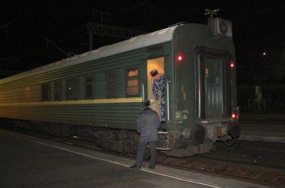 De trein waarvan Greenpeace zegt dat er dertig Greenpeace-activisten in zijn overgebracht van Moermansk naar Sint-Petersburg.