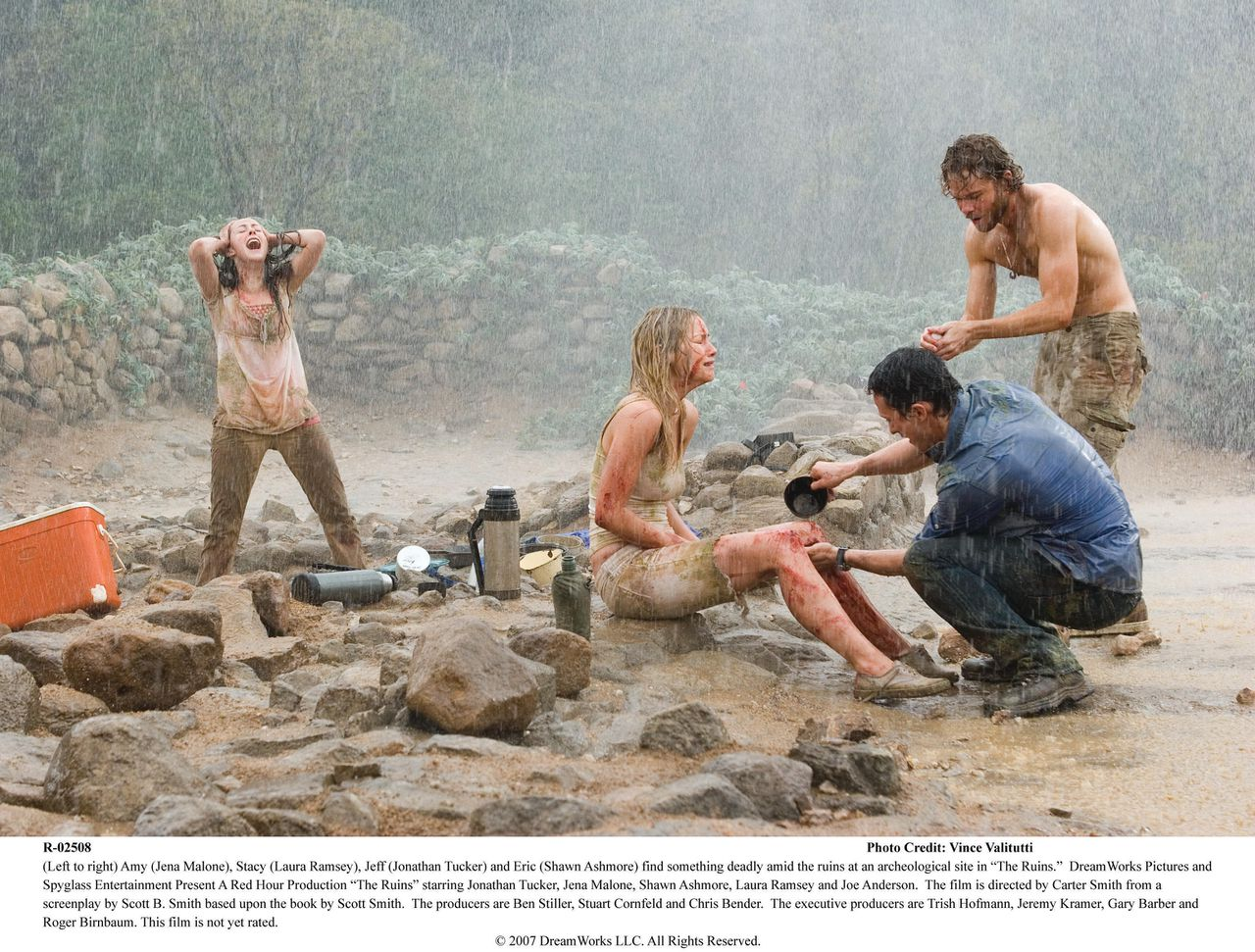 """scene uit de film The Ruins (2008) FOTO: UPI (Left to right) Amy (Jena Malone), Stacy (Laura Ramsey), Jeff (Jonathan Tucker) and Eric (Shawn Ashmore) find something deadly amid the ruins at an archeological site in """"The Ruins."""" DreamWorks Picturesand Spyglass Entertainment Present A Red Hour Production """"The Ruins"""" starring Jonathan Tucker, Jena Malone, Shawn Ashmore, Laura Ramsey and Joe Anderson. The film is directed by Carter Smith from ascreenplay by Scott B. Smith based upon the book by Scott Smith. The producers are Ben Stiller, Stuart Cornfeld and Chris Bender. The executive producers are Trish Hofmann, Jeremy Kramer,Gary Barber and Roger Birnbaum. This film is not yet rated."""