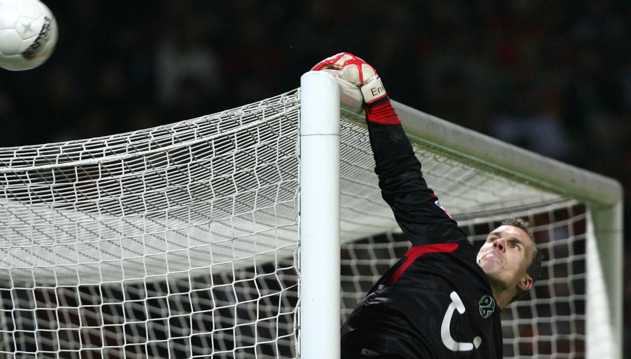 Hannover's goalkeeper Robert Enke saves a ball shot by a player of Bremen during their Bundesliga football match 28 January 2007 at the Weser Stadium in Bremen, northern Germany. Bremen won the match 3-0. AFP PHOTO DDP/DAVID HECKER GERMANY OUT