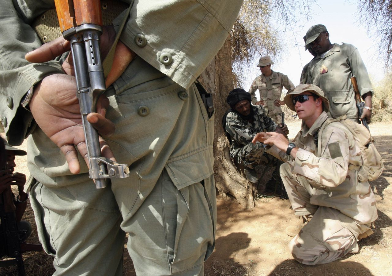 Amerikaanse soldaten geven instructies aan Malinese soldaten Foto Reuters Malian soldiers receive instruction from a U.S. soldier in Gao, eastern Mali November 13, 2006. Mali is one of nine West and North African countries which have signed up to the U.S. military's Trans-Sahara Counter-Terrorism Partnership, part of a strategy to prevent al Qaeda from establishing bases in the region in the same way it operated in the 1990s from Sudan and Afghanistan. To match feature Mali Usa REUTERS/Luc Gnago (MALI)