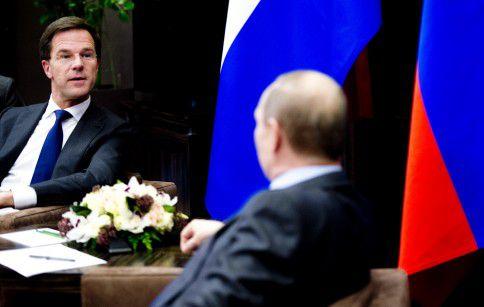 Premier Mark Rutte spreekt met de Russische president Vladimir Poetin.