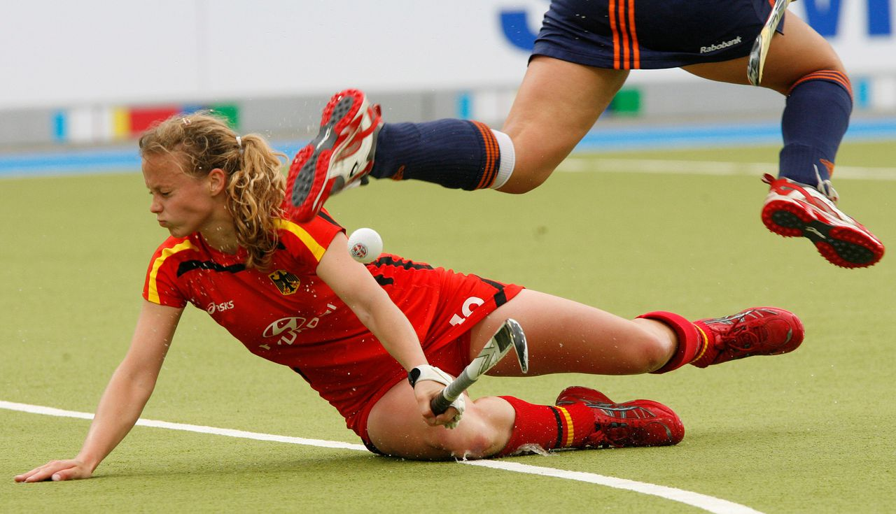 De Duitse hockeyster Nina Hasselmann, eerder deze week tijdens de Champions Trophy in de wedstrijd tegen Nederland. Foto AP Netherland's Kiki Collot d'Escury leaps over Germany's Nina Hasselmann, left, in a fight for the ball during the Women's Hockey Champions Trophy 2008 first match between Germany and Netherlands in Moenchengladbach, western Germany, on Saturday, May 17, 2008. (AP Photo/Hermann J. Knippertz)