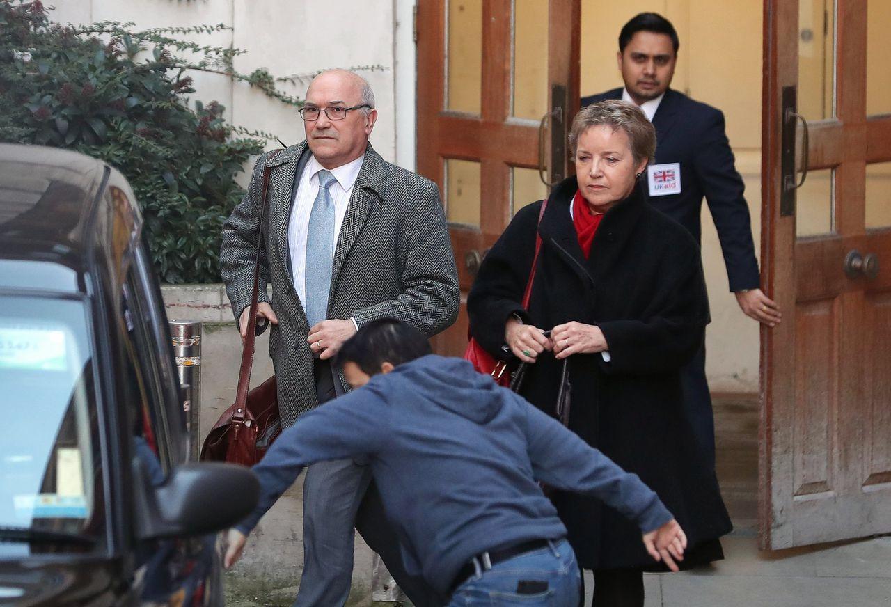 Oxfam-baas Mark Goldring (links), hier gefotografeerd bij de ingang van het departement voor ontwikkelingshulp in Londen, heeft zijn vertrek aangekondigd.
