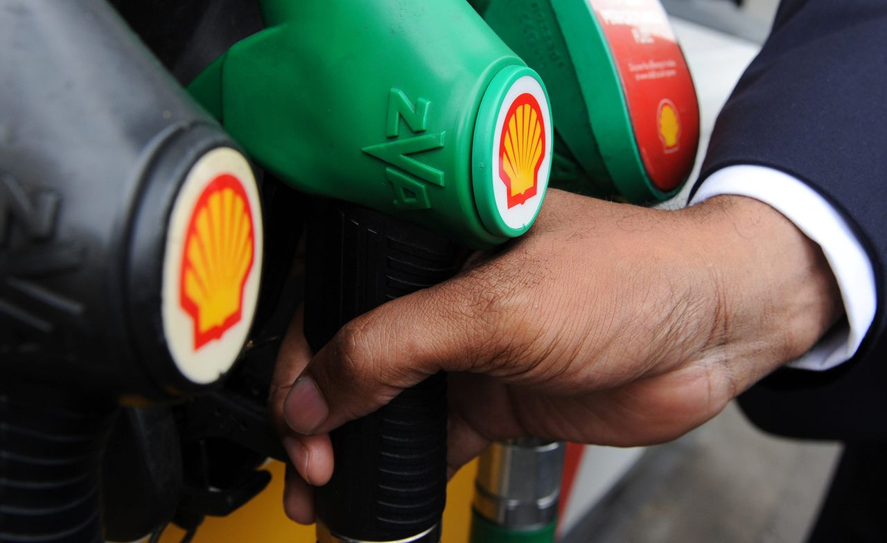 epa04026177 (FILE) A file photo dated 15 May 2013 showing a customer filling his tank with gasoline at a Shell petrol station in London, Britain. Shares in Shell fell by 4 per cent in London on 17 January 2014, after the energy giant warned that fourth quarter results would be 'significantly lower than recent levels of profitability.' Results in the final quarter of 2013 were expected to halve to 2.2 billion dollars, while whole year profits were estimated at 16.8 billion dollars, an almost 40-per-cent drop compared to 2012. Shell blamed the drop in profit on lower oil and gas prices, a weakening of the Australian dollar, higher exploration costs and lower volumes upstream, as well as a 'challenging' security situation in Nigeria. EPA/ANDY RAIN