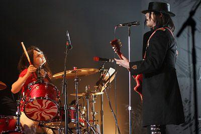 Broer White on stage The White Stripes Breda: Mezz Café. Tijd: 21.00u. Entree: gratis. Inl: www.mezz.nl Vanavond wordt in Mezz de live dvd Under Blackpool Lights van The White Stripes vertoond. De film is een compilatie van twee concerten die Jack en Meg White gaven in de Empress Ballroom in Liverpool en is in zijn geheel geschoten in Super-8. The White Stripes werden in 1997 opgericht in Detroit en braken definitief door met hun vierde album, Elephant , dat in 2004 werd bekroond met de Grammy voor het beste alternatief album van dat jaar. Regie: Dick Carruthers, 2004. Broer White on stage