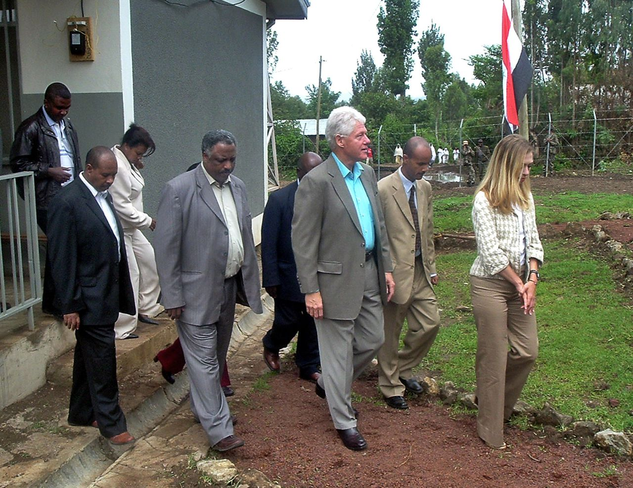 Bill Clinton in Afrika. Former Us President Bill Clinton (3rdR) walks during the visit of a clinic donated by the Clinton foundation at Godina Jitu, near Addis Ababa accompanied by his daughter Chelsea (R) and other health officials. Clinton, on a four nation Africa tour pledged some five million dollars more over the next three years to the Horn of Africa nation to help prevent the spread of diseases like AIDS and malaria that kill some 370 Ethiopians daily. AFP PHOTO/ AARON MAASHO