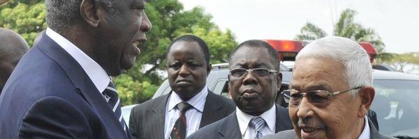 Gbagbo (links) met Pedro Pires, president van Kaapverdië, voor het overleg van vandaag.