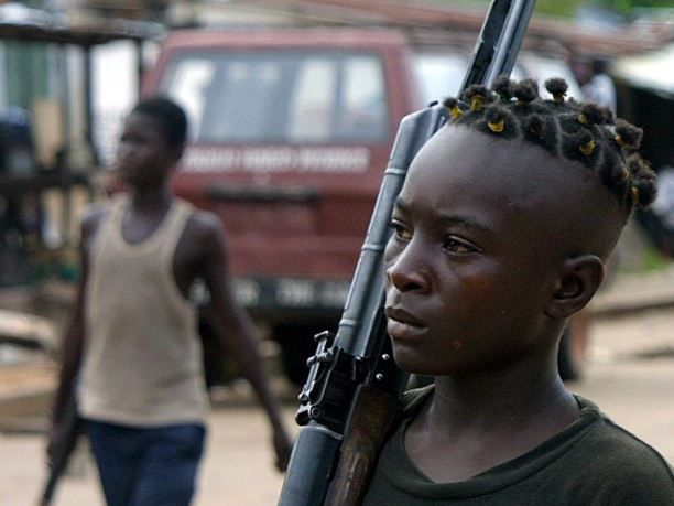 Kindsoldaten in Liberia. Guus Kouwenhoven wordt verdacht van wapenhandel en oorlogsmisdrijven in dat land, ten tijde van het regime van voormalig president Charles Taylor.