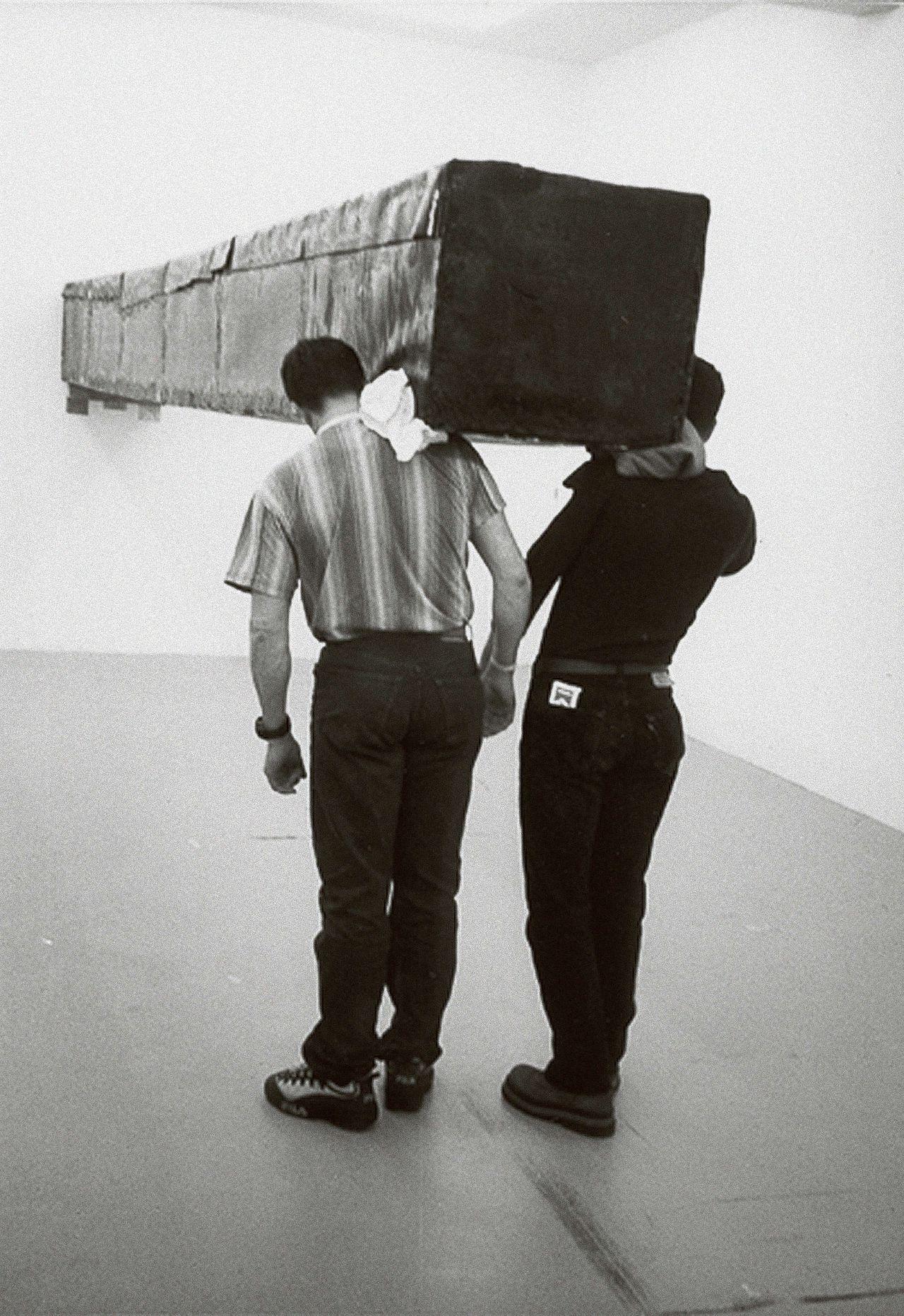 Kunstenaar Santiago Sierra zet twee immigranten in voor een hongerloon in Galerie Peter Kilchmann, april 2001.