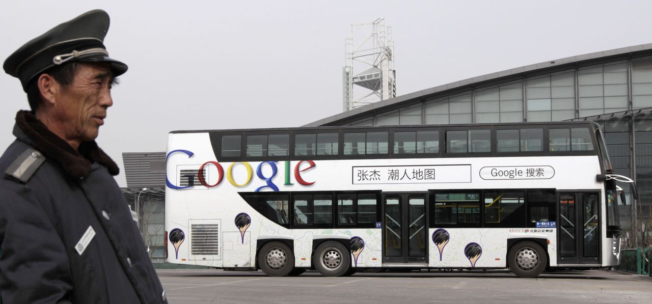 Een dubbeldekker met reclame van Google, vanochtend in Peking. Het bedrijf heeft zijn portal op het Chinese vasteland gesloten. Foto Reuters A security guard stands near a double-decker bus painted with an advertisement for Google in Beijing March 23, 2010. Google Inc shut its mainland Chinese-language portal and began rerouting searches to an uncensored Hong Kong-based site, unleashing a blast of ire from Beijing and prompting concerns over its future business in China. REUTERS/Christina Hu (CHINA - Tags: BUSINESS POLITICS SCI TECH TRANSPORT)