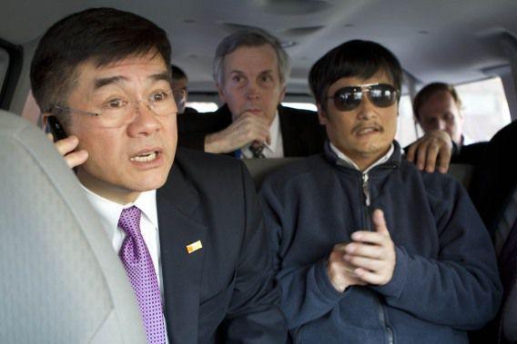 Cheng Guangcheng (rechts) in de auto met de Amerikaanse ambassadeur Gary Locke op de dag dat hij de Amerikaanse ambassade verliet, 2 mei 2012.