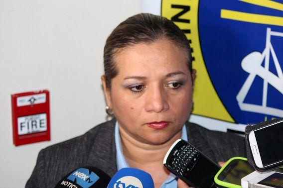 De lokale aanklager Betzaida Pitti, die het onderzoek naar de vermissing van Lisanne en Kris leidt, staat de pers te woord.
