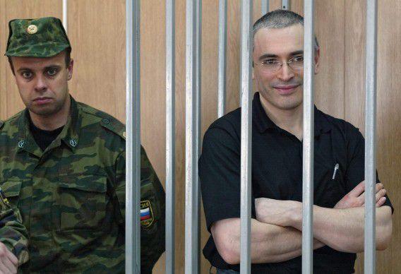 Michail Chodorkovski in de rechtbank in Moskou in 2004. De oud-ceo van Yukos heeft slechts twee maanden minder cel gekregen van het hooggerechtshof.