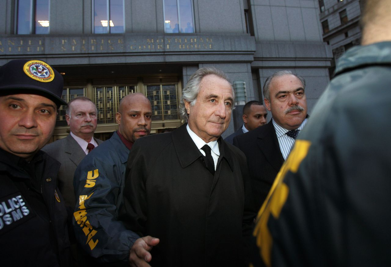 Bernard Madoff verliet gisteren een federale rechtbank in New York, waar hij is verhoord in verband met een beleggingsfraude van 50 miljard dollar. Foto AFP NEW YORK - JANUARY 5: Bernard Madoff (C) walks out from Federal Court after a bail hearing in Manhattan January 5, 2009 in New York City. Madoff is accused of running a $50 billion Ponzi scheme through his investment company. Madoff is free on bail and hasn?t formally responded to the charges or entered a plea. Hiroko Masuike/Getty Images/AFP == FOR NEWSPAPERS, INTERNET, TELCOS & TELEVISION USE ONLY ==
