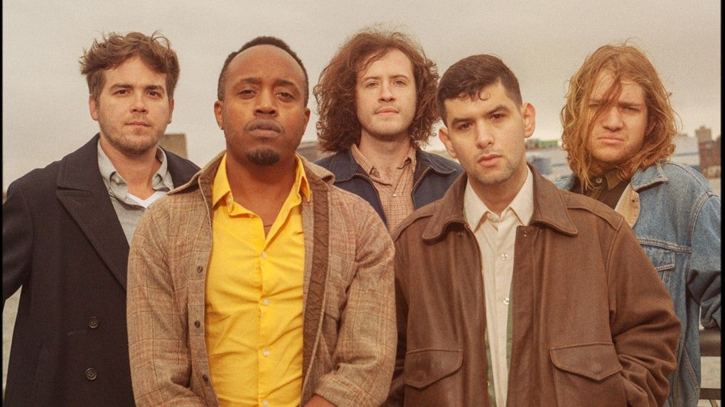 Nieuw en soulful: de Amerikaanse band Durand Jones & The Indications – met zanger Durand Jones in geel overhemd.