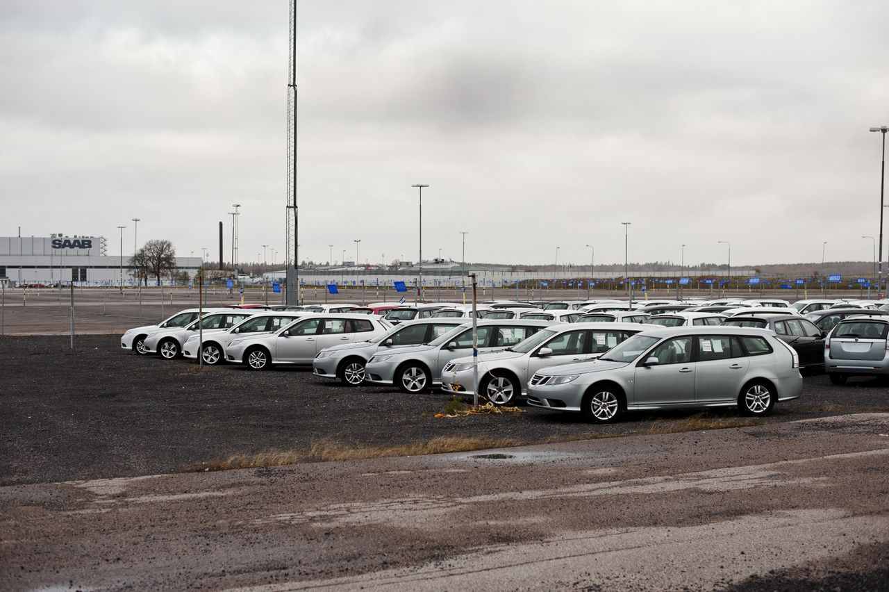Unsold Saab vehicles stand in a parking lot at the Saab Automobile factory in Trollhaettan, Sweden, on Monday. Oct. 31, 2011. Pang Da Automobile Trade Co. and Zhejiang Youngman Lotus Automobile, the Chinese companies that plan to buy Saab Automobile, are set to invest 610 million euros ($853 million) in the Swedish carmaker starting next year. Photographer: Erik Abel/Bloomberg
