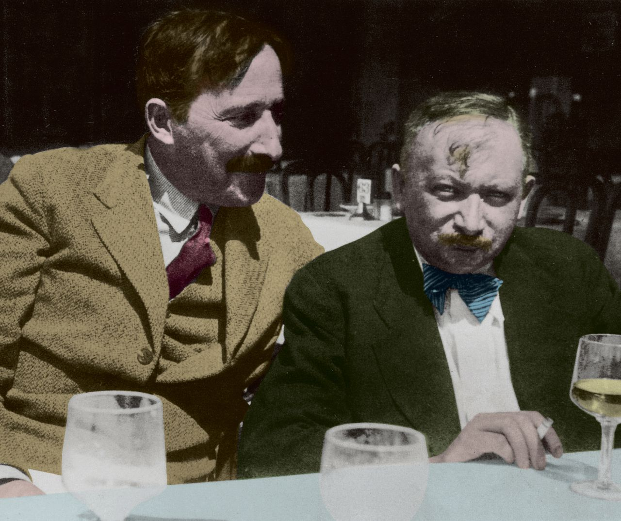 Stefan Zweig (links) en Joseph Roth in 1936 in Oostende.
