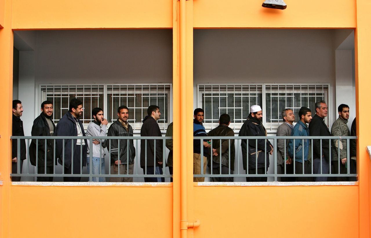 Palestijnen staan in de rij om hun stem uit te brengen in een stembureau in Gazastad. Vandaag worden in de Palestijnse gebieden parlementsverkiezingen gehouden. Foto Reuters Palestinians wait stand in line to vote at a polling station in Gaza City January 25, 2006. Palestinians voted in their first parliamentary elections in a decade on Wednesday, a ballot that could bring the militant Islamic Hamas movement into government for the first time. REUTERS/Ahmed Jadallah