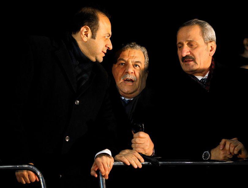 Drie Turkse ministers, met in het midden minister van Binnenlandse Zaken Muammer Guler en rechts minister van Economie Zafer Caglayan.