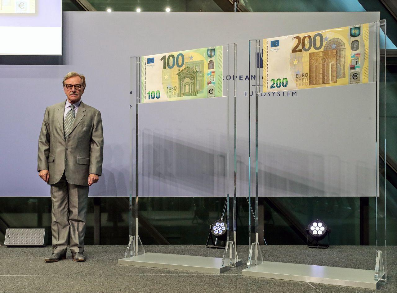 ECB-topman Yves Mersch bij de presentatie van de nieuwe biljetten in Frankfurt.