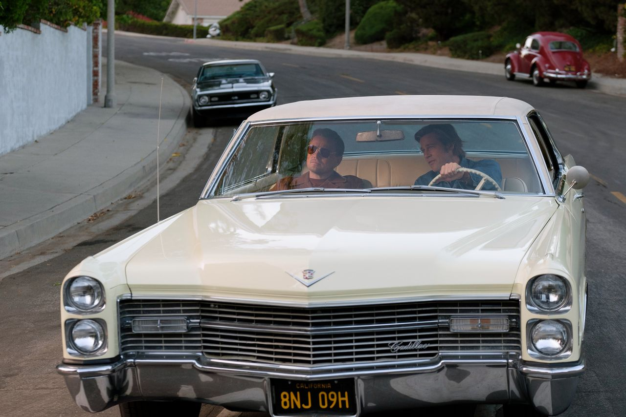 Leonardo DiCaprio (links) en Brad Pitt als filmster Rick Dalton en zijn stuntman Cliff Booth in 'Once Upon a Time... in Hollywood'.
