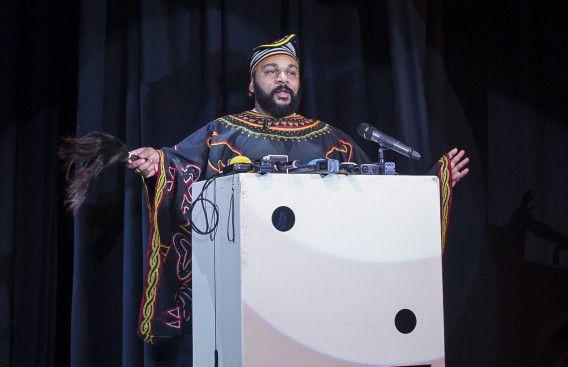 Dieudonné M'bala M'bala tijdens een persconferentie vanmiddag in Parijs waar hij verklaarde af te zien van het opvoeren van zijn controversiële show.