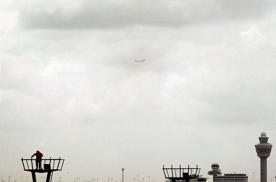 Een monteur is bezig met de vernieuwing van de landingsverlichting van de Buitenverdertbaan op Schiphol.