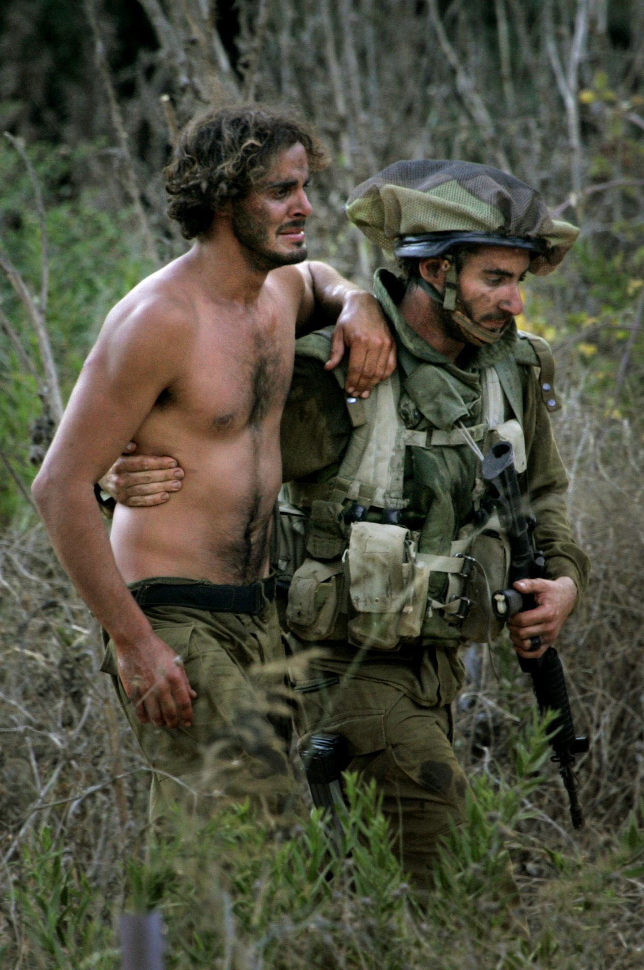 Van opschorting van het offensief was gisteren niets te merken. Foto AP An Israeli soldier helps a wounded comrade to a waiting ambulance after crossing the border from Lebanon into northern Israel, Wednesday, Aug. 9, 2006. Al-Jazeera Television said 11 Israeli soldiers were killed in heavy fighting with Hezbollah guerrillas near the border Wednesday. The Israeli army declined to comment on the report but had said earlier that 15 soldiers were wounded in overnight clashes. (AP Photo/Jacob Silberberg)