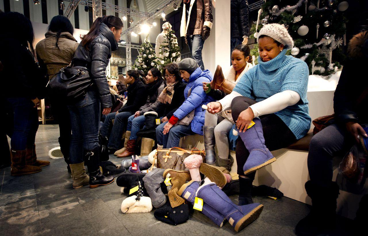Liefhebbers van het Australische schoenenmerk UGG passen er in 2010 op los in een tijdelijke outletwinkel van UGG op de Rotterdamse Coolsingel.