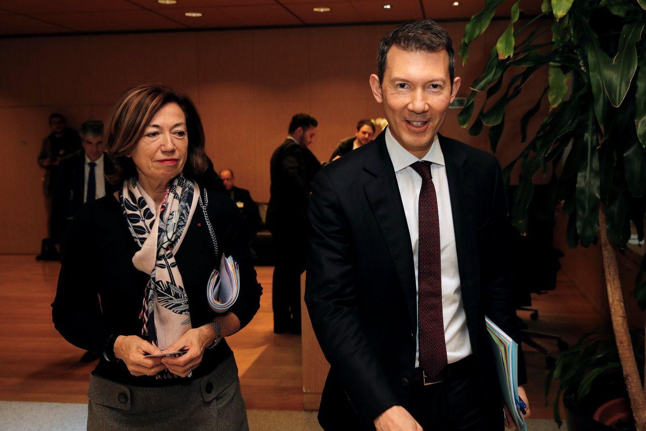 Topman Ben Smith met president-commissaris Anne-Marie Couderc, vorige maand in Parijs voor een hoorzitting.