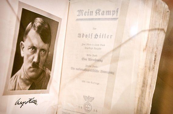 Hitlers 'Mein Kampf' is in Nederland niet te koop. Minister van Onderwijs Plasterk stelde het verbod een aantal jaren terug ter discussie.
