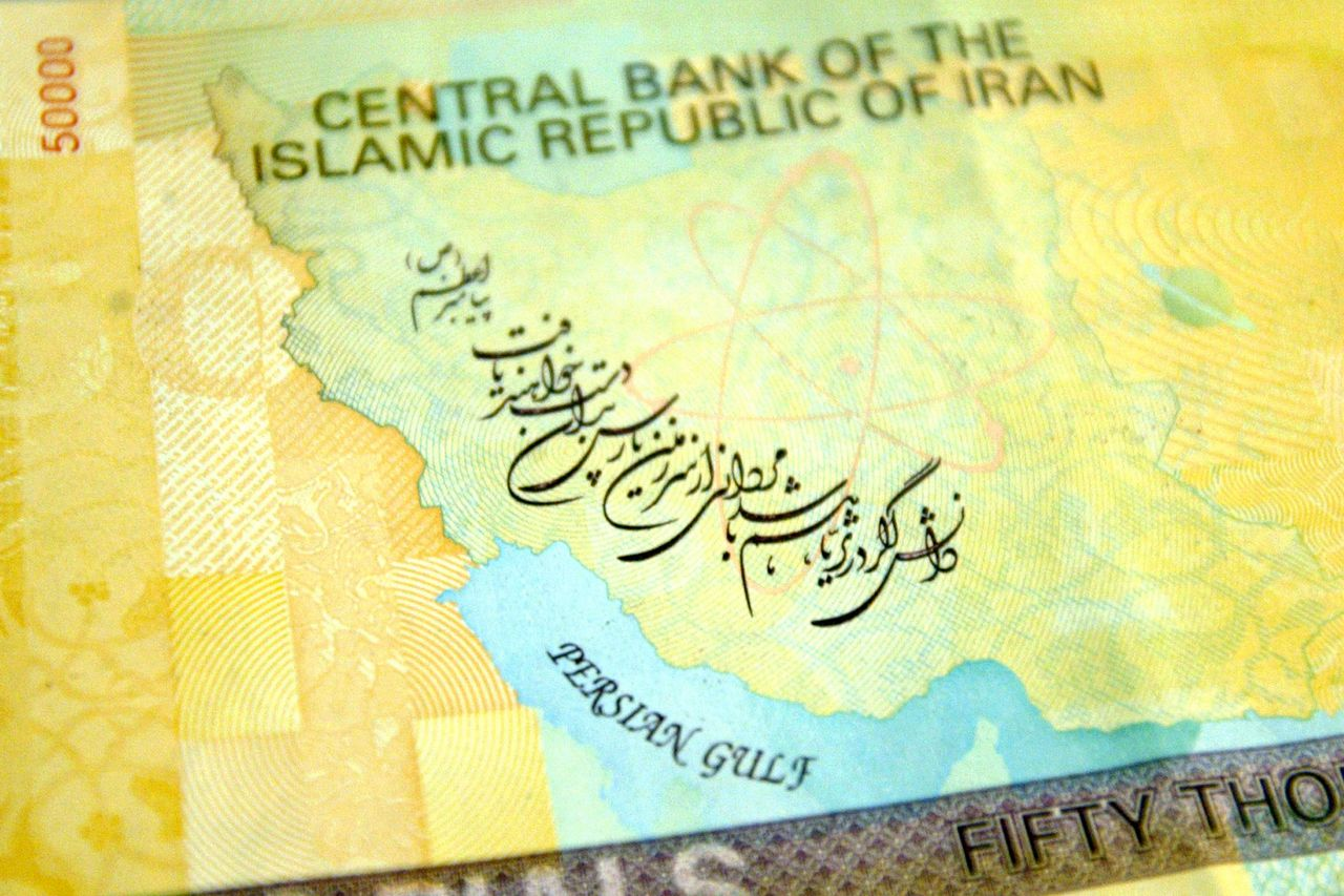 Foto Bloomberg News Iran's Central Bank has issued a new 50,000 Rials banknote worth about 5 U.S. Dollars.The new note has a nuclear symbol showing electrons flying across a map of Iran. In a move seen as an assertion of the national will in the face of international sanctions over its insistence on enriching uranium. Photographer: Mohammad Kheirkhah/document IRAN/Bloomberg News.
