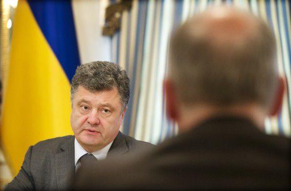 De Oekraïense president Petro Porosjenko heeft het parlement ontbonden zodat er binnen zestig dagen nieuwe verkiezingen kunnen plaatsvinden.