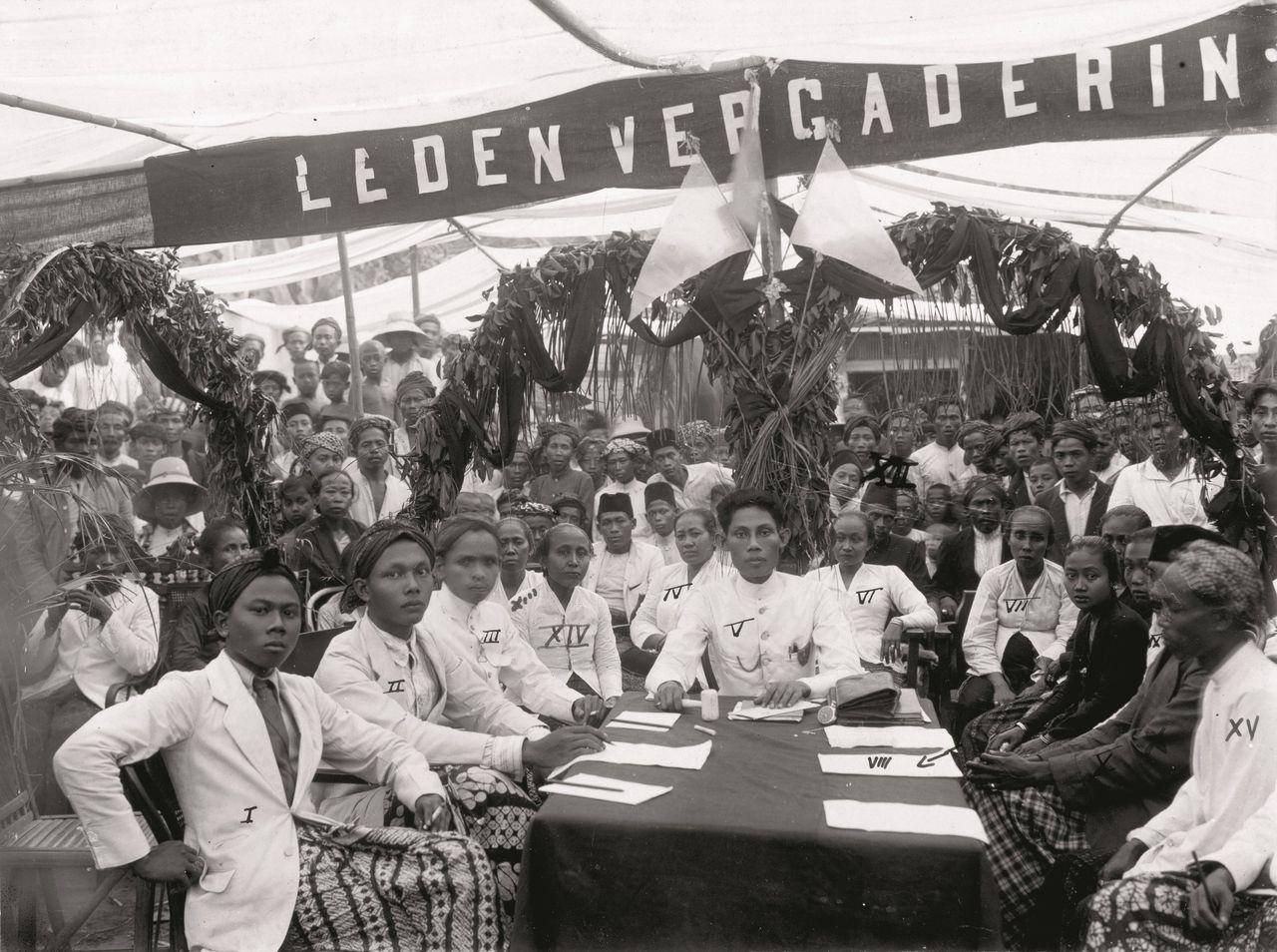 Ledenvergadering van de onafhankelijkheidsbeweging Sarekat Islam (SI) in Kaliwoengoe, Kendal, 1921.