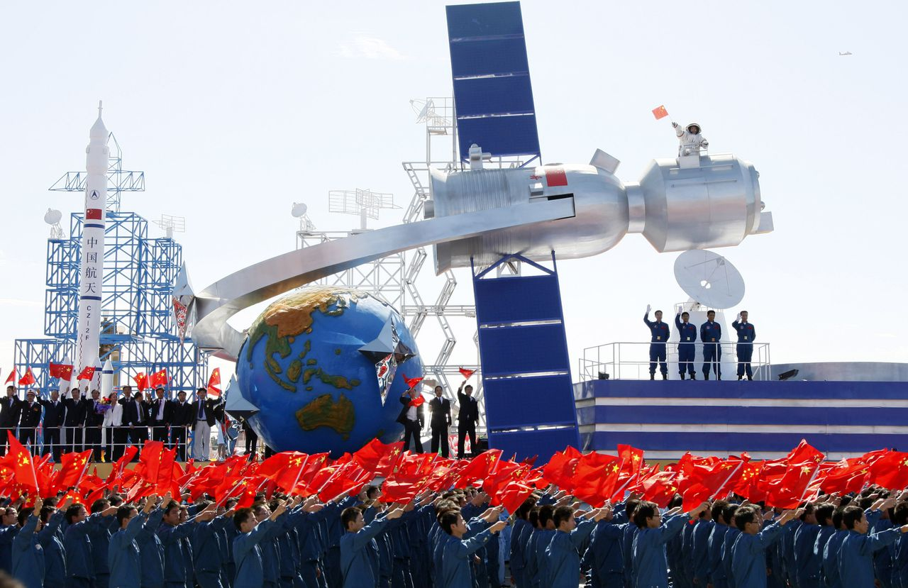 Een belangrijk deel van de parade in Peking was gewijd aan economische en technologische vooruitgang. Er waren praalwagens met ruimtevaartcapsules (zie boven), windmolens en zonnepanelen. Foto AP A float depicting China's space achievements participates in a parade to mark the 60th China anniversary in Beijing, China, Thursday, Oct. 1, 2009. China celebrated its rise to a world power over 60 years of Communist rule Thursday, staging its biggest-ever parade of military hardware with over 100,000 marching masses in a display that stirred patriotism and some unease. (AP Photo/Ng Han Guan)