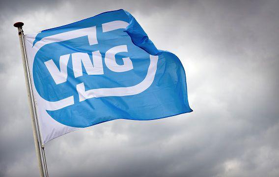De vlag met het logo van de VNG op het congres van de Vereniging van Nederlandse Gemeenten.