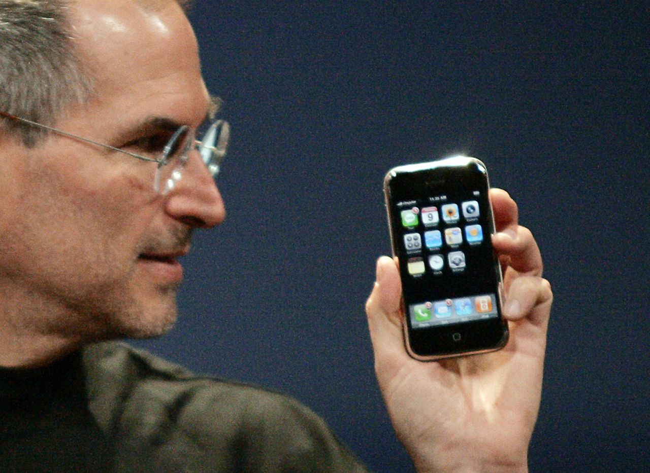 Steve Jobs presenteerde gisteren de platte iPhone op de beurs MacWorld 2007 in San Francisco. Foto Reuters Apple Computer Inc. Chief Executive Officer Steve Jobs holds the new iPhone in San Francisco, California January 9, 2007. Apple unveiled an eagerly-anticipated iPod mobile phone with a touch-screen on Tuesday, priced at $599 for 8 gigabytes of memory, pushing the company's shares up as much as 8.5 percent. Jobs said the iPhone, which also will be available in a 4-gigabyte model for $499, will ship in June in the United States. The phones will be available in Europe in the fourth quarter and in Asia in 2008. REUTERS/Kimberly White (UNITED STATES)