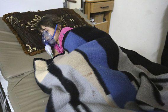 Een meisje wordt behandeld in een geïmproviseerd ziekenhuis in het dorp Kfar Zeita in Hama, 22 mei. Volgens activisten is zij, net als andere slachtoffers, getroffen door een chlooraanval.