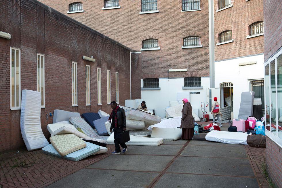 Uitgeprocedeerde asielzoekers verhuizen van Vluchtkantoor op de Weteringschans naar Vluchthaven in het voormalige huis van bewaring in de Havenstraat. (Binnenland - documentair - enkel)