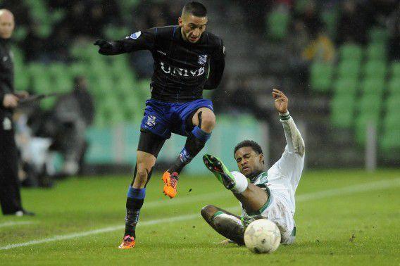 Hakim Ziyech (L) van sc Heerenveen in actie tegen Giliano Wijnaldum (R) van FC Groningen in het Euroborg Stadion in Groningen.