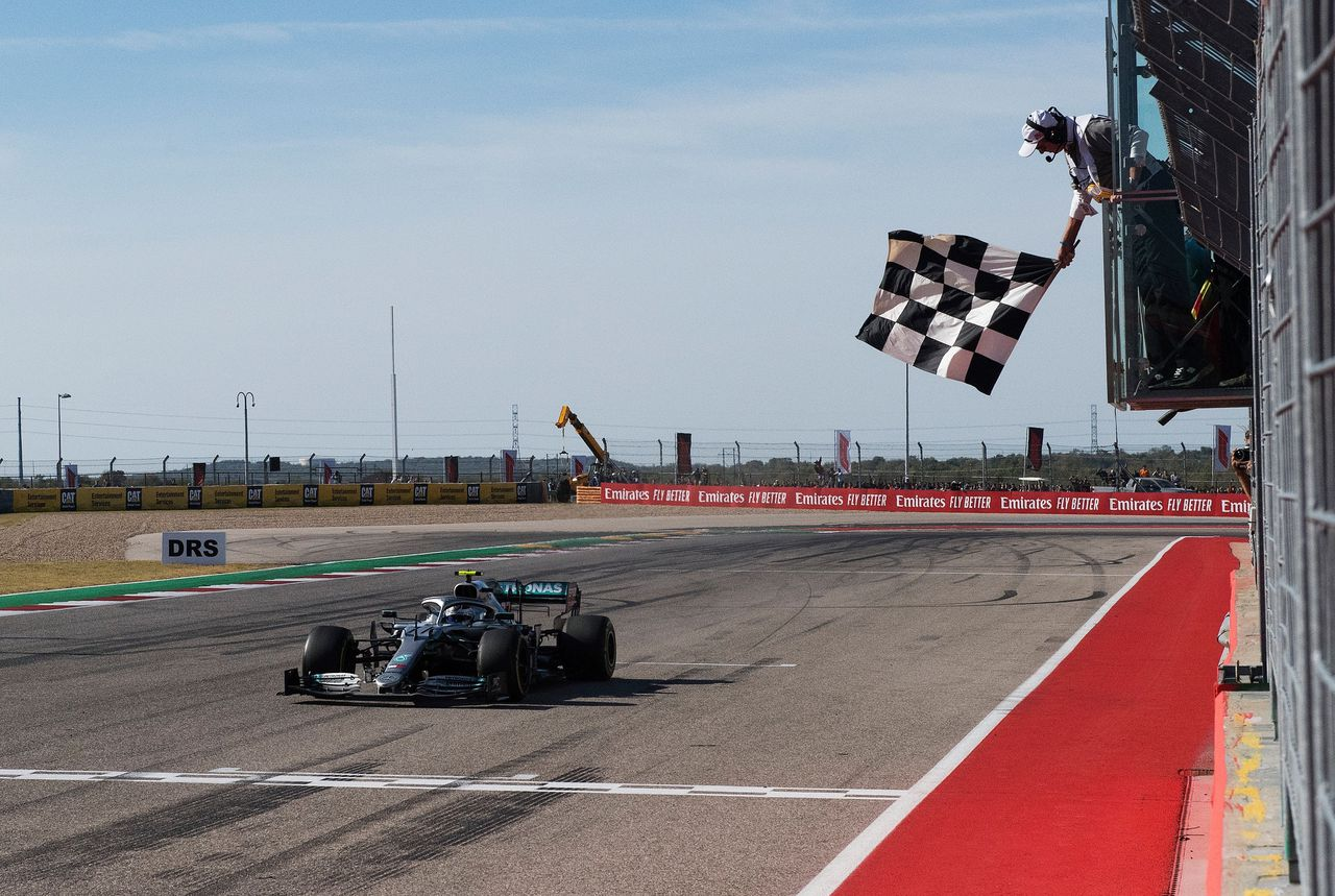 Valtteri Bottas passeert de finish tijdens de grand prix van de VS in Austin.